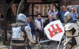 Walkę rycerzy obserwują: Paweł Pitera, Dorota Roszkowska i Michał Zaleski